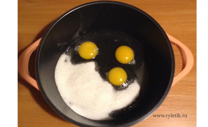 яйца с сахаром взбиваем