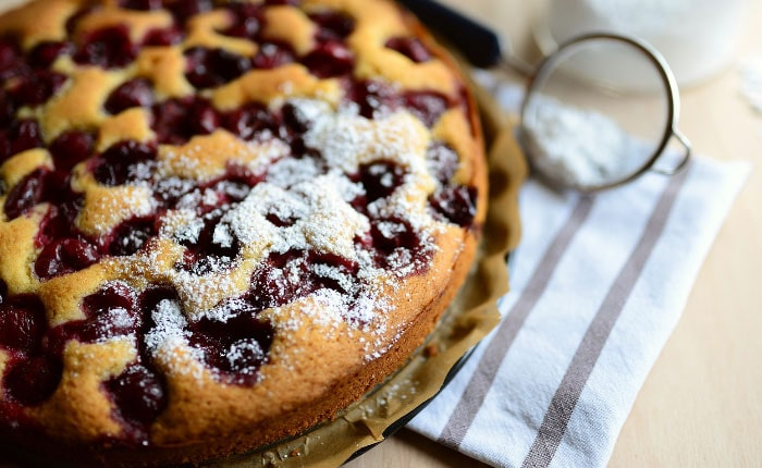 Шарлотка с вишней: простые рецепты ягодного пирога